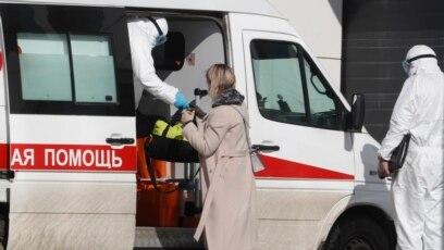 Rusija – Specijalisti u zaštitnim odijelim sprovode pacijente u bolnički kompleks Komunarka u Novoj Moskvi, 16. mart.