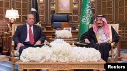 Saudi King Salman (R) met Pakistani Prime Minister Nawaz Sharif in Riyadh on January 18.