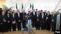 محمود احمدینژاد در کنار علی لاریجانی و شماری از وزیران کابینه دهم