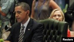 ASEAN-ABŞ sammitinde Birleşen Ştatlaryň Döwlet sekretary Hillary Klinton prezident Barak Obamanyň arkasynda otyr, Bali, 2011-nji ýylyň 18-nji noýabry.