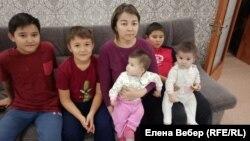 Kazakhstan – a resident of an emergency house in Zhezkazgan Samal Akhmetova with her children.