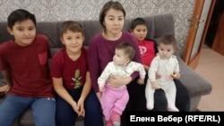 Жительница Жезказгана Самал Ахметова с детьми две недели назад съехала на съемную квартиру из-за опасений оказаться под завалами дома, который вот-вот может рухнуть.