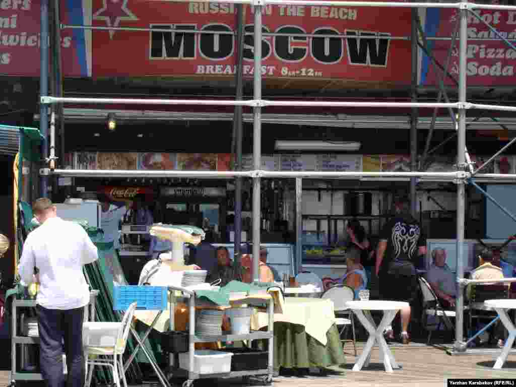 Июньский полдень. В ресторане под девизом «Россия на пляже» собираются первые клиенты.