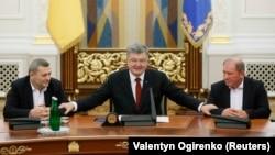 Ахтем Чийгоз, Петро Порошенко та Ільмі Умеров під час зустрічі в Адміністрації президента, 27 жовтня 2017 року