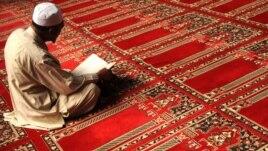 Мусульманин молится в мечете. Кабул, Афганистан, 1 сентября 2009 года.
