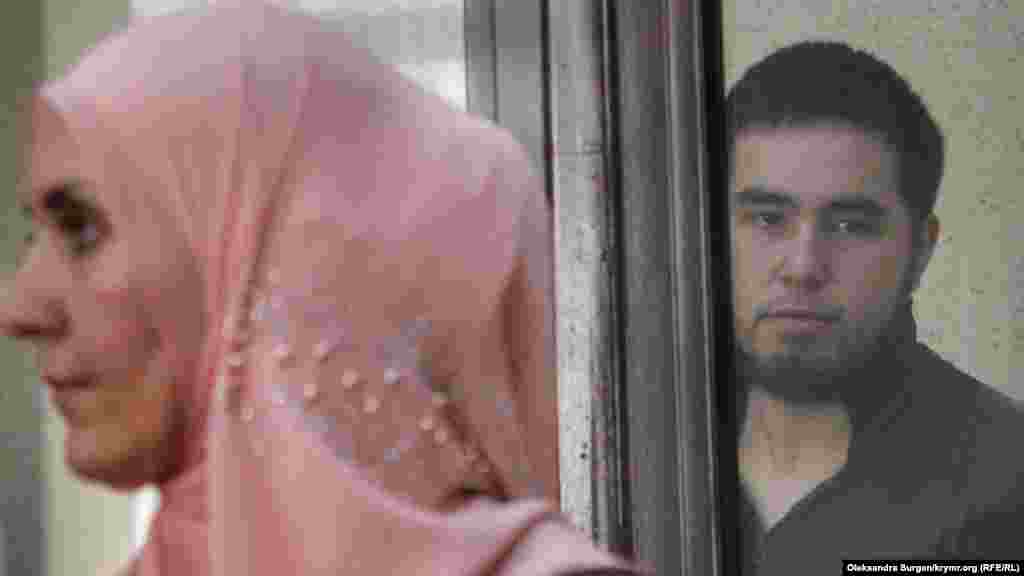Eskender – tek bu davanıñ degil, Qırımdaki bütün «Hizb ut-Tahrir davalarınıñ» eñ yaş mabüsidir. Prokuror onı 16 yılğa üküm etmege talap etti, mahkeme ise 12 yıl apis cezasını berdi – ilk eki yılı apishanede, qalğan yıllarnı sert rejimli koloniyada keçirecek. Fotoresimde o ve advokatı Lilâ Gemeci ilk mahkemelerden birinde