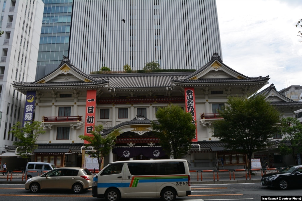 Старые храмы соседствуют с современной застройкой
