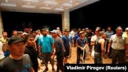 Сторонники Атамбаева на территории его резиденции. 7 августа 2019 года.