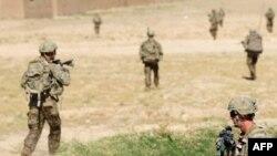 Pamje e ushtarëve amerikanë gjatë një operacioni në kuadër të NATO-s