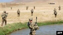 Pamje e ushtarëve amerikanë gjatë një operacioni të tyre në Afganistan