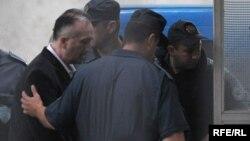 """Zatvorska kazna izrečena je jedino četvorici bivših rezervista JNA u slučaju """"Morinj!"""". Foto: Ivo Gojnić, jedan od osuđenih za zločine u Morinju, u pratnji policije"""