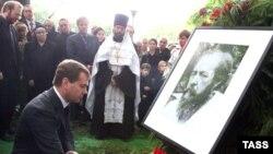 Дмитрий Медведев прервал отпуск, чтобы попрощаться с Александром Солженицыным