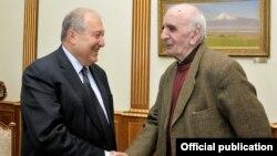 Президент Армении Армен Саркисян (слева) и Народный артист Армении, режиссер Артавазд Пелешян, Ереван, 18 апреля 2019 г.