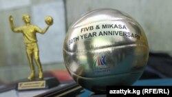 "Эл аралык волейбол федерациясы (FIVB) Кыргызстандын волейбол федерациясына тапшырган ""Mikasa алтын тобу""."