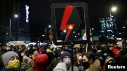Tüntetők az abortusz tilalma ellen tiltakoznak Varsóban, Lengyelországban, 2021. január 27-én.