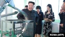 Лидер КНДР Ким Чен Ын посещает фабрику косметики в Пхеньяне вместе с женой (вторая свправа). 29 октября 2017 года