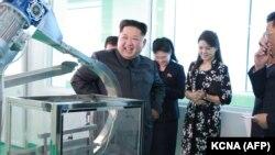 Лидер КНДР Ким Чен Ын посещает фабрику косметики в Пхеньяне вместе с женой (вторая свправа). 29 октября 2017 года.