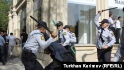 Təhsil Nazirliyinin qarşısında etiraz aksiyasından görüntü