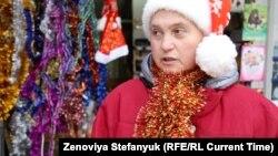 Продавщица Галина жалуется на нехватку покупателей на новогодние игрушки в Донецке