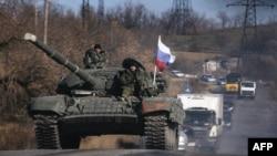 Бойовики їдуть на танку в Луганській області, 28 жовтня