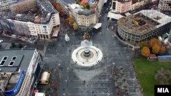 """Скопје од птичја перспектива. Плоштадот """"Македонија"""" и споменикот Воин на коњ."""