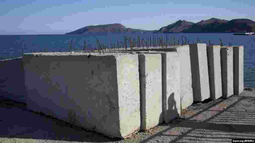 Вид на Киик-Атламу через строительные блоки