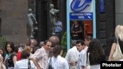 Բանկի շենքի մոտ հավաքված աշխատակիցները հունիսի 18-ի երկրաշարժից հետո