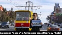 Активист Денис Орлов на пикете против обнуления президентских сроков Владимира Путина в Барнауле