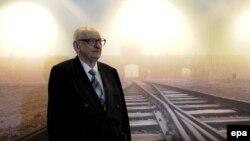 Бывший узник Освенцима Владислав Бартошевский на мемориальной выставке в Берлине