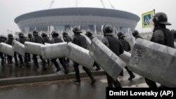 Ռուսաստան - Ոստիկանությունը վարժանքներ է իրականացնում Սանկտ Պետերբուրգի նոր մարզադաշտի մոտ, որտեղ ֆուտբոլի աշխարհի առաջնության խաղեր են անցկացվելու, ապրիլ, 2018թ.