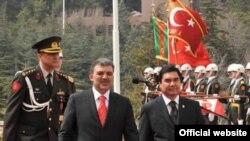 Türkmenistanyň prezidenti Gurbanguly Berdimuhamedow (sagda) we Türkiýäniň prezidenti Abdylla Gül, 24-nji mart, 2008 ý.