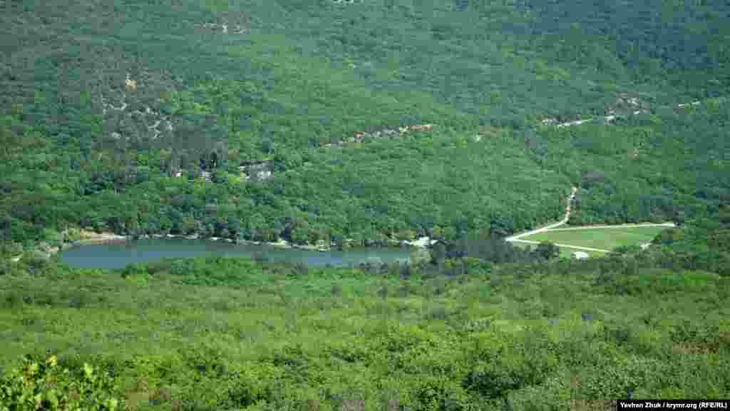Торопове озеро. З цього ракурсу його можна побачити зі схилу гори Аю-Кая. Озеро штучне, а місцевість навколо в Севастополі називають Тороповою дачею – на честь першого власника