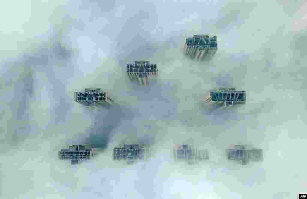 Қаладағы қалың тұман. ҚытайдыңЦзянсу провинциясындағыЯнчжоу қаласының төбеден түсірілген суреті.