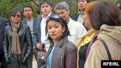 Представители общественных организаций у здания Бостандыкского РУВД Алматы. 14 апреля 2009 года.