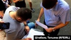Координатор регионального штаба Сергей Бойко подписывает протокол