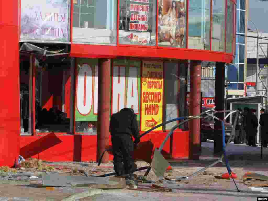 Рано-вранці 20 січня у місті Макіївці Донецької області пролунали два вибухи. Першим був пошкоджений фасад і вікна адміністративної будівлі державного підприємства «Макіїввугілля», другий зачепив торговельний центр, розташований поряд. Ніхто не постраждав. Місцева влада отримала записку від невідомих, які взяли відповідальність за ці події на себе і в разі невиконання їхніх вимог погрожували новими вибухами.Photo by Reuters