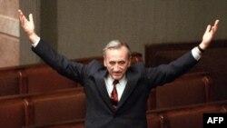Premierul Tadeusz Mazowiecki fotografiat în Parlament în septembrie 1989, după votul de încredere