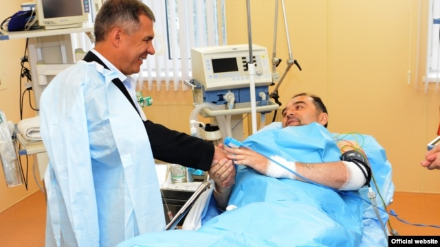 Mufti Ildus Faizov, who suffered two broken legs in a car bombing, is visited in the hospital by Tatar President Rustam Minnikhanov.