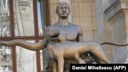 2012. május 2-án az akkor újnak számító szobor.