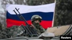Вооруженный человек на российской бронемашине в крымском городе Балаклава. 1 марта 2014 года.