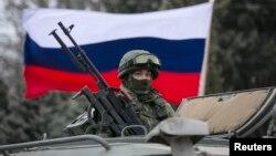 Қырымдағы Ресей әскери-теңіз базасының жауынгері. Балаклава қаласы, 1 наурыз 2014 жыл.