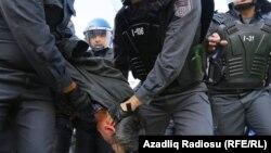 Polislər AXCP sədrini aparırlar