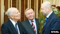 Перший віце-прем'єр-міністр України Олександр Турчинов (праворуч) вітає із днем народження президента Національної академії наук України Бориса Патона (ліворуч), Київ, 27 листопада 2008 р.