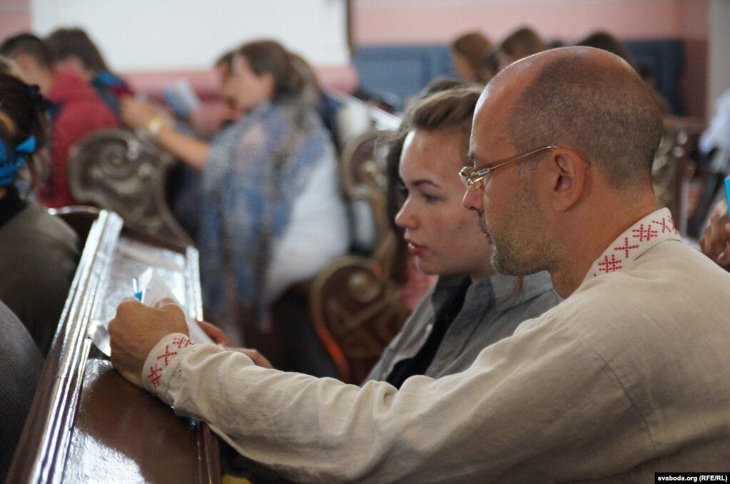 Многие паломники говорят по-белорусски и носят одежду с национальным орнаментом
