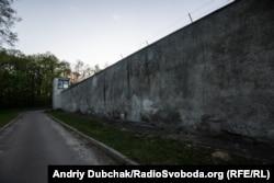 Стіни з колючим дротом Київського міського центру судово-психіатрічної експертизи