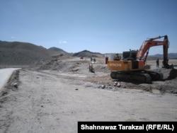 На строительстве участка дороги Китай – Пакистан в Шерани. 24 апреля 2017 года.