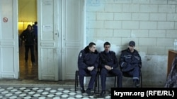 Милиционеры у входа в помещение для голосования. Симферополь, 16 марта 2014 года