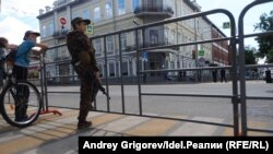 Подростки, наблюдающие за военным парадом. Казань, лето 2020 года.
