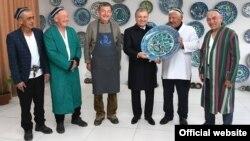 Ўзбекистон президенти Ш. Мирзиёев риштонлик кулоллар билан, 2021 йил 4 феврали (president.uz фотоси)