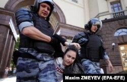 Задержание одной из участниц оппозиционной акции в центре Москвы 27 июля
